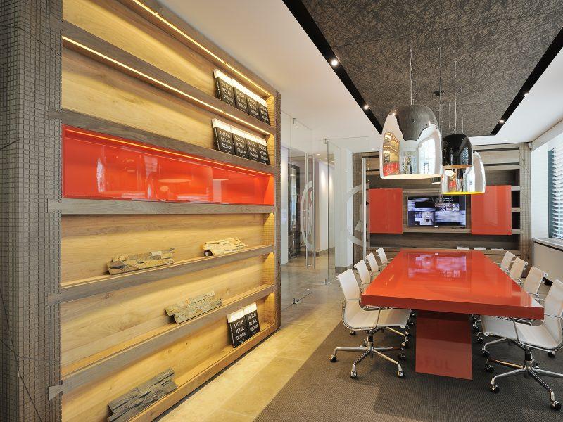 Inrichting kantoor met een veelzijdigheid aan materialen